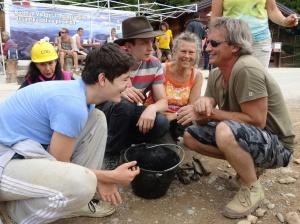 Escogiendo y sorteando artefactos de piedra entre  los escombros sacados de los túneles de Ravne.