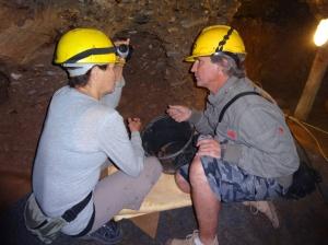 Tim Moon dando instrucciones a una voluntaria durante las  excavaciones dentro del túnel Ravne