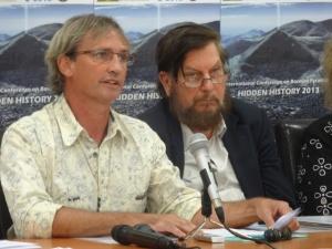 """Tim Moon y J.J. Hurtak, durante su presentación en la Conferencia  """"Historia Oculta""""en  septiembre 2013"""