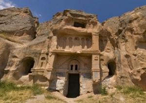 Entrada a una antigua iglesia dentro den la roca- Capadocia-Turquía