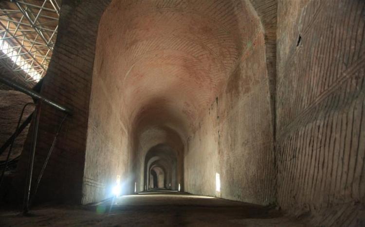 Cueva / galería con techo alto de Longyou en China