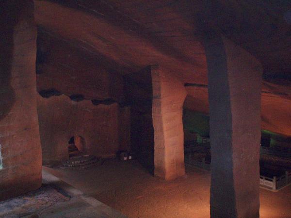 Una de las cavernas con cuatro pilares de las cuevas de Longou