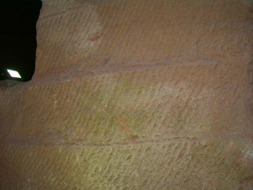 El cincelado en las paredes  y los techos de las grutas de Lonyou