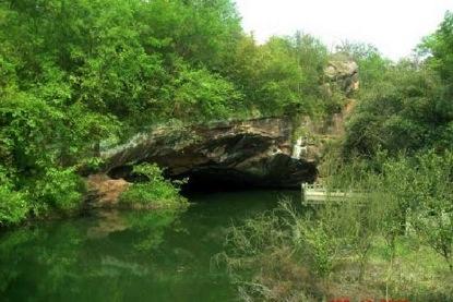 Entrada a unas de las cuevas bajo agua de Lonyou