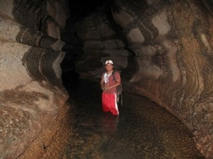Dentro del túnel de la cueva de los Tayos