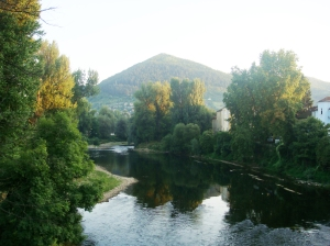 El río que atraviesa Visoko y la Pirámide del Sol al fondo