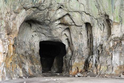 entrance-into-Devetashka-Cave