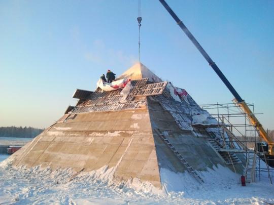 Pirámide en construcción en Tomsk - Siberia
