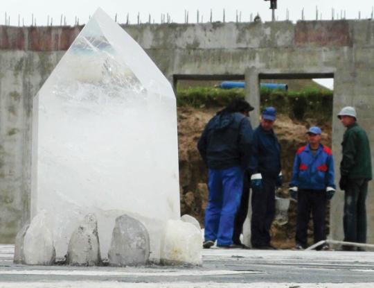El gran cristal de quarzo central dentro de la pirámide