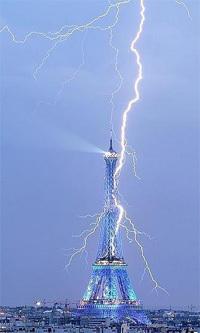 Un rayo cae sobre la Torre de Eiffel, Paris