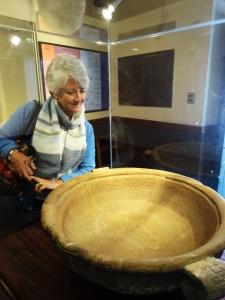 Visitando el Museo de Oro en La Paz, nos encontramos con la famosa vacija con inscripciones cuneiformes Sumeras, que fué encontrada cerca del Lago Titicaca
