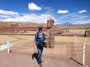 """El templo semi-submergido de Kalasasaya, detrás la estela """" El Monje"""" barbudo."""