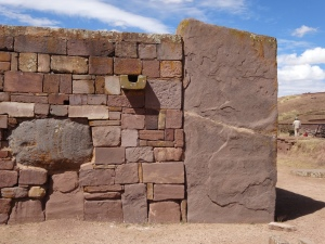 El gran muro alrededor del templo submergido de Kalasasaya en Tiahuanaco