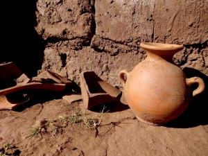 Antigua cerámica encontrada intacta junto con los restos de los cráneos alargados