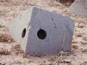 Qué clase de herramientas tenían para poder hacer estos complejos agujeros que atraviesan los bloques de granito?