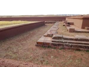 """Parte de la antigua pirámide """"La Akapana"""" de Tiahuanaco"""