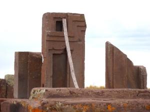 Algunos de los grandes monolitos que formaban parte de una gran estructura