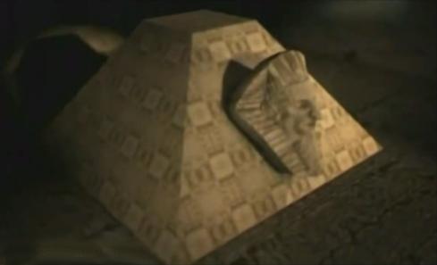 La cabeza de una esfinge atacada a la pirámide subterránea