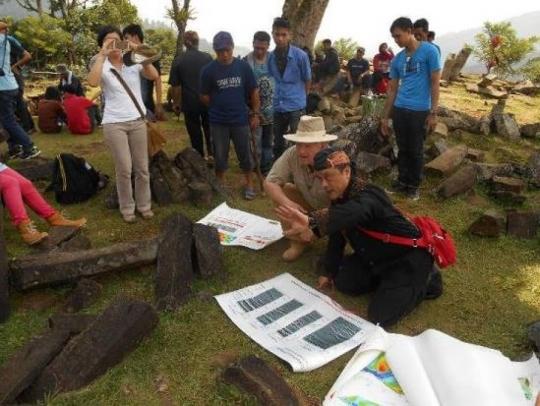El Dr. Sam SemirOsmanagich visitando la pirámide junto con anfitrión el dr. Danny Hilman