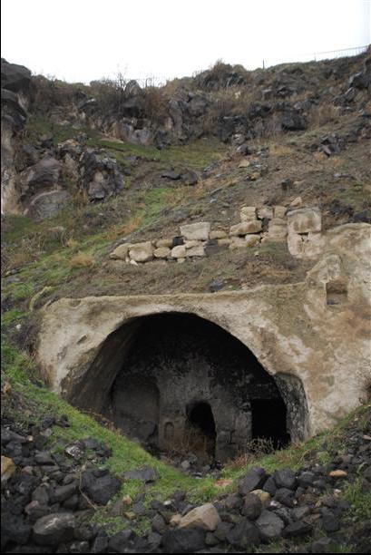 La ciudad se cree que datan de hace 5.000 años y se encuentra alrededor de la fortaleza Nevşehir. Galerías de evacuación y las iglesias ocultas fueron descubiertos dentro de la ciudad subterránea. AA fotos