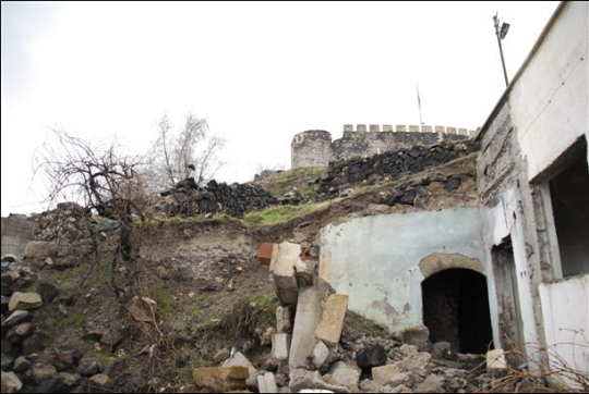 La ciudad fue descubierta por medio de (Toki) proyecto de transformación urbana de la Administración de Desarrollo de Vivienda de Turquía. Unos 1.500 edificios han sido destruidos situados en los alrededores de la fortaleza Nevşehir, y la ciudad subterránea fue descubierta cuando el movimiento de tierras para la construcción de nuevos edificios había comenzado. AA fotos