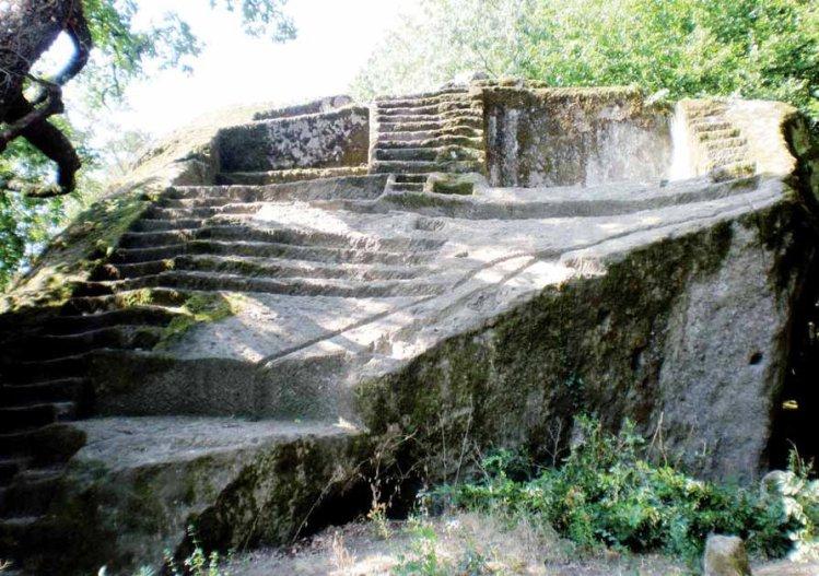 Figura 2. Pirámide-Altar etrusca en Bomarzo - Italia,  fotos del álbum en Facebook de Tina Frigerio