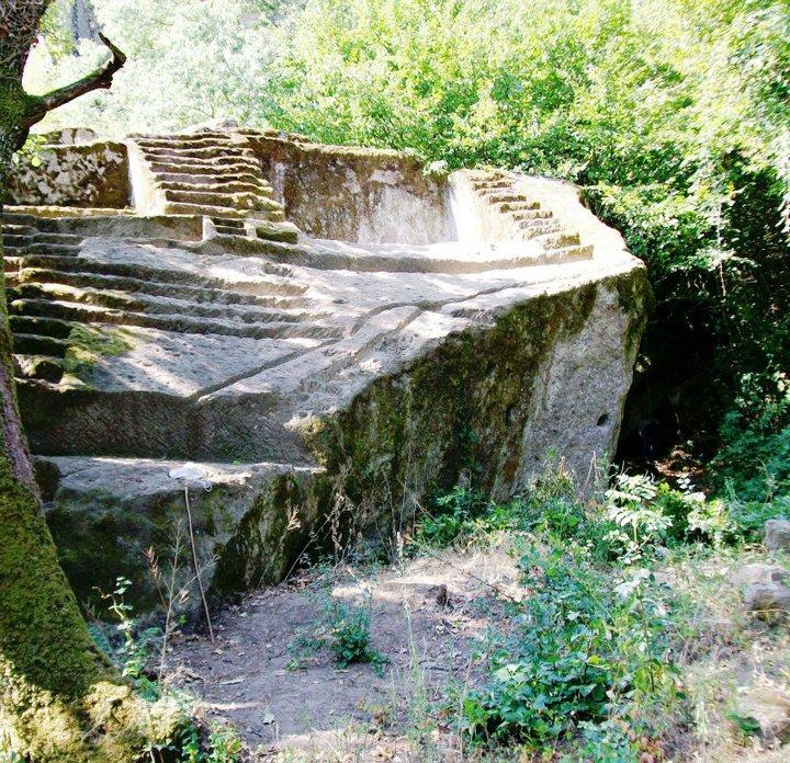 Figura 3. Pirámide-Altar etrusco en Bomarzo, Italia, fotos del álbum en Facebook de Tina Frigerio