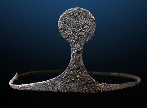 Diadema de plata descubierta en la tumba. Créditos: Universitat Autònoma de Barcelona