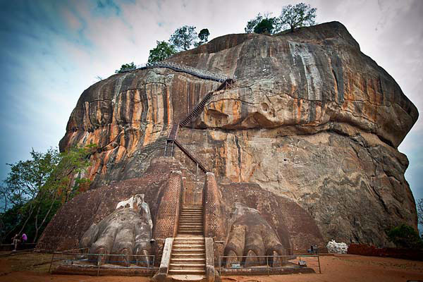 La imponente mole de magma solidificado de la Roca del León (Sigiriya) guardaba en su cima toda una ciudadela, y fue monasterio, centro de peregrinación