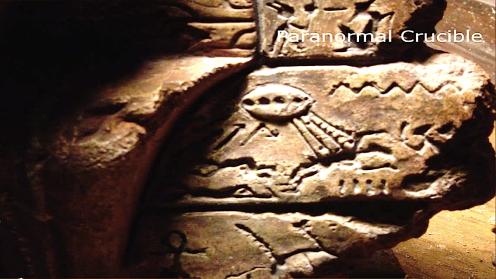 En este detalle a la derecha de la escultura, se puede apreciar una nave ET emitiendo rayos de luz