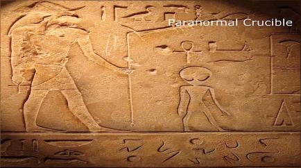 Un faraón acompañado por  un ET de los grises