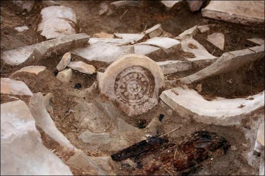 Dentro de Por-Bajin, tejas  quebradas