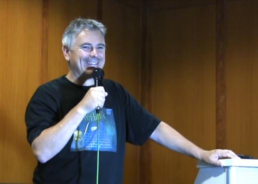Michael Tellinger durante la conferencia en Sarajevo