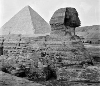 039_1941_-_Sphinx_^_Great_Pyramid_at_Giza,_Egypt_(by_Tom_Beazley)_01