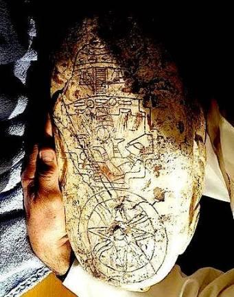 Un astronauta dentro de una nave y debajo el símbolo de Tonatiuh.JPG