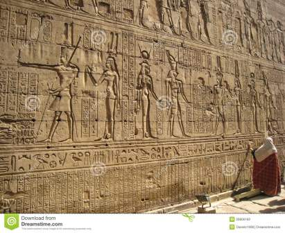 hieroglyphics-en-la-pared-del-templo-de-edfu-egipto-26806169.jpg