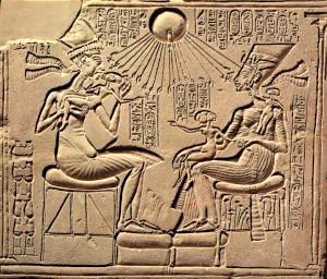 Akhenaton-y-la-familia-real-300x256.jpg