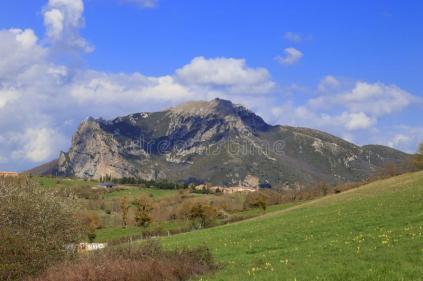 pico-de-bugarach-en-el-corbieres-francia-90691429.jpg