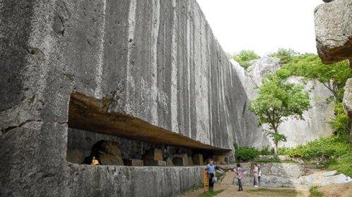 La estela gigantesca y no terminada de 16.300 toneladas en la antigua China.jpg